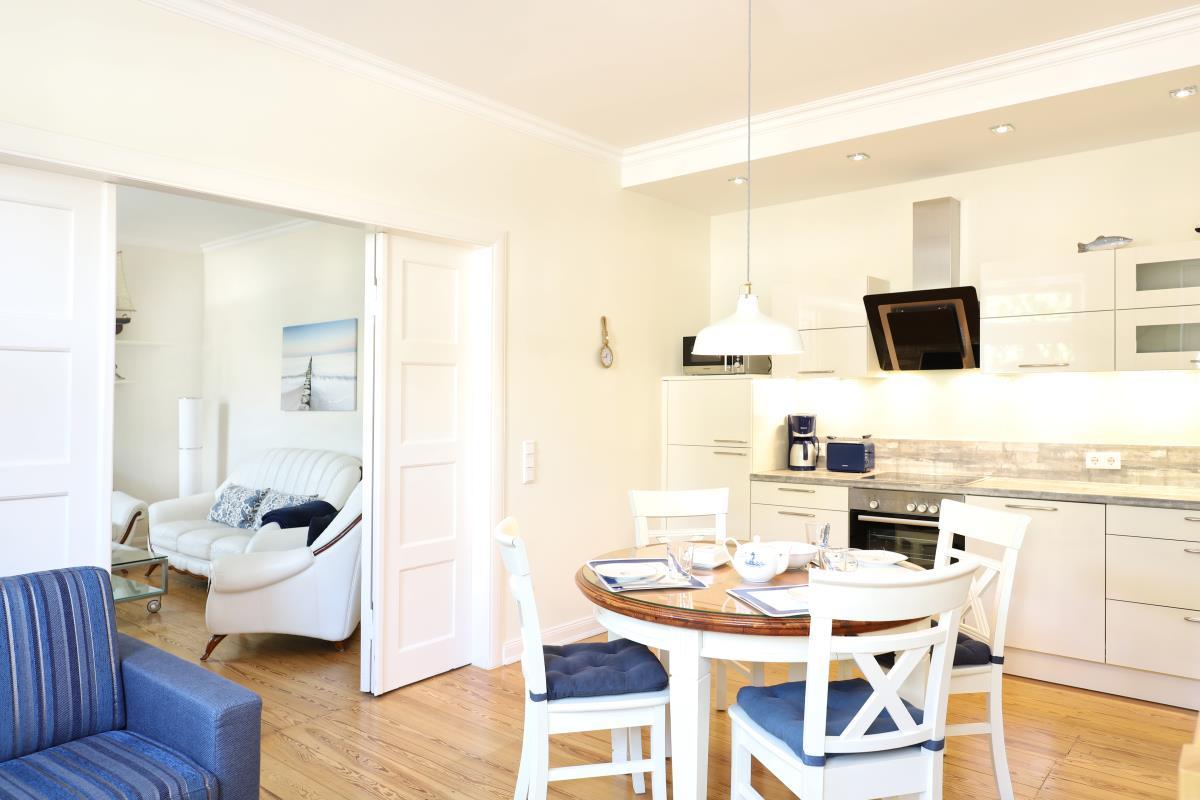 Küche mit Essbereich und Aufbettung