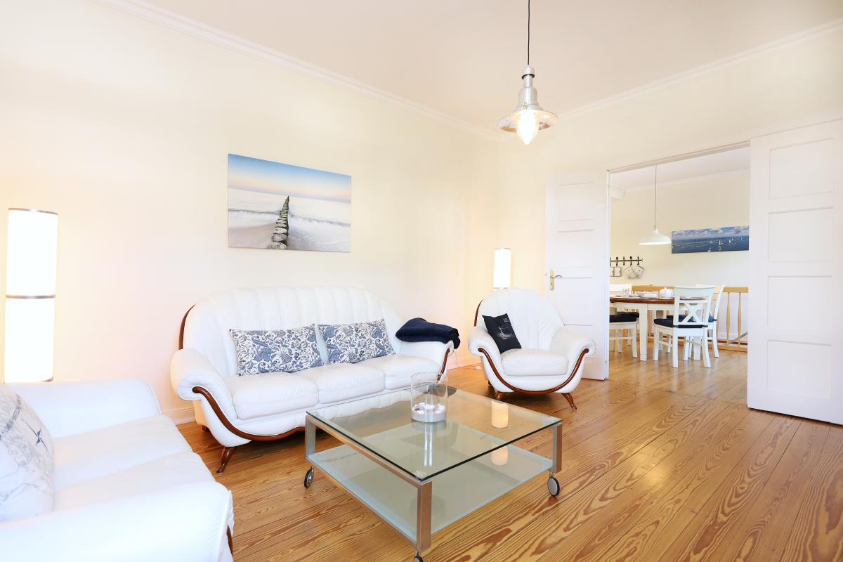 Wohnzimmer mit Blick auf die angrenzende Küche